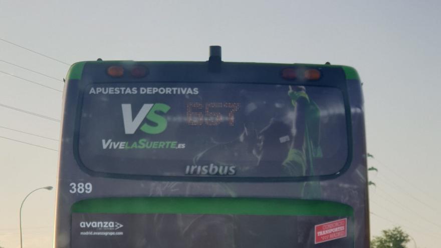 Un autobús interurbano con publicidad de apuestas.