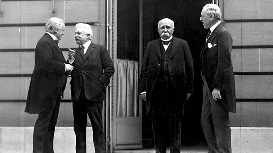 Conferencia de Paz de París donde se puede ver, de izquierda a derecha, a David Lloyd George (primer ministro de Reino Unido), Vittorio Emanuele Orlando (primer ministro de Italia), Georges Clemenceau (jefe de gobierno de Francia) y Woodrow Wilson (presidente de Estados Unidos), el 27 de mayo de 1919.