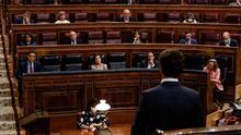 El presidente del Partido Popular, Pablo Casado, dirige una pregunta al presidente del Gobierno, Pedro Sánchez, durante la sesión de Control al Gobierno celebrada en el Congreso de los Diputados
