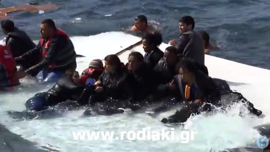 Los supervivientes del nuevo naufragio tratan de mantenerse a flote tras encallar su barco cerca de la isla griega de Rodas/ Captura d eun vídeo difundido por el medio griego rodiaki.gr