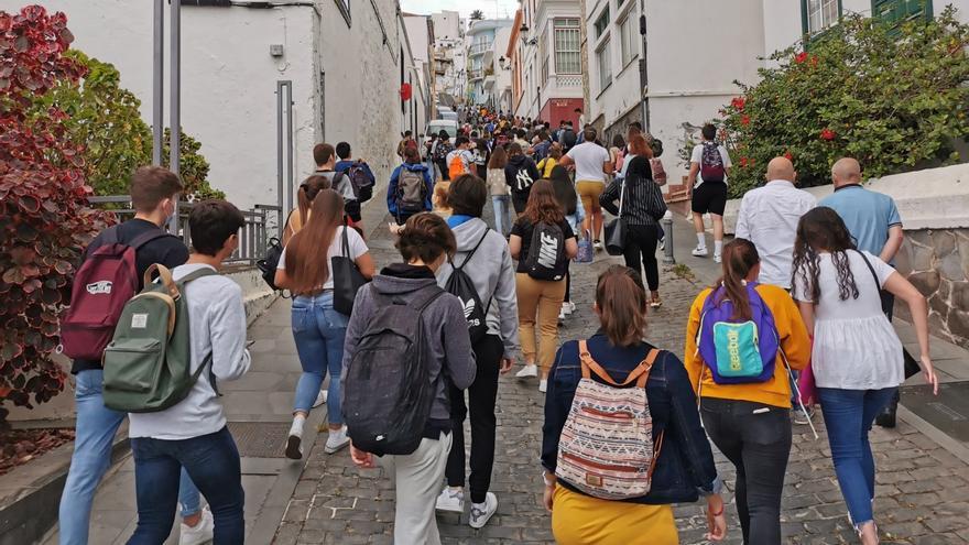 En la imagen, estudiantes de La Palma dirigiéndose al IES Alonso Pérez Díaz para realizar la  Evaluación de Bachillerato para el Acceso a la Universidad (EBAU) .