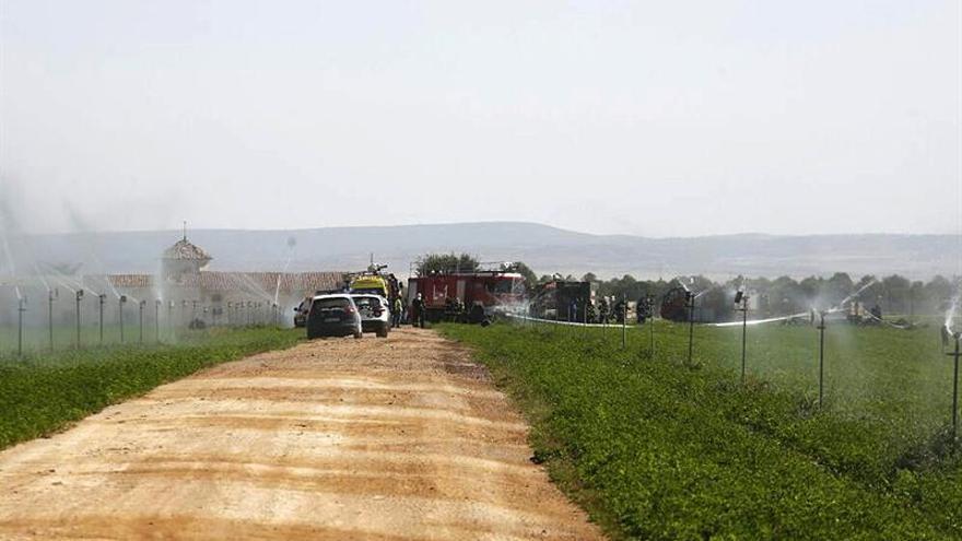 Bomberos, Policía Nacional y personal sanitario trabajan en la zona en la que se ha estrellado un avión Eurofigther que volvía a Albacete tras participar en los actos con motivo del Día de la Fiesta Nacional, cerca de la Base Aérea de Los Llanos, en la zona del parque de La Pulgosa.