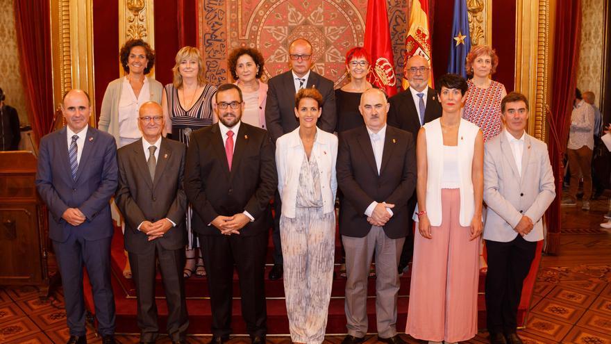 La presidenta María Chivite posa con su gobierno en el salón del trono del palacio de Navarra.