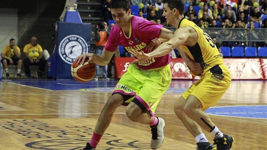 El ala-pivot del Mega Leks Rade Zagorac intenta superar al jugador del Iberostar Tenerife Rodrigos. EFE/Cristóbal García.