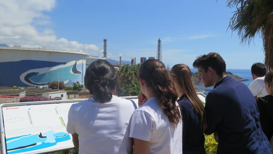 Jóvenes en una visita al complejo industrial de CEPSA en la capital