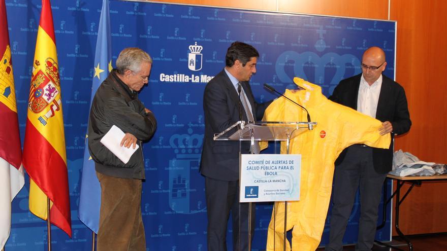 Echániz muestra los trajes contra el ébola. Foto / castillalamancha.es