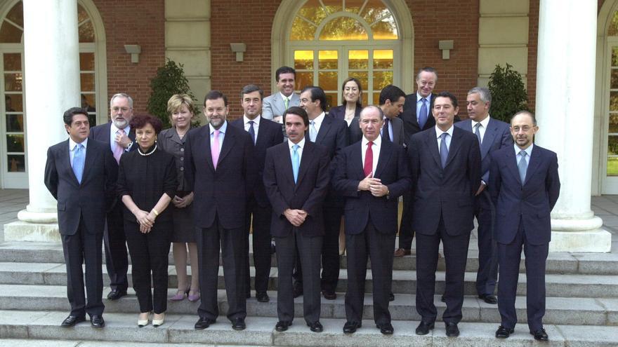 El Gobierno de José María Aznar posan antes de una reunión del Consejo de Ministros. Algunos de sus miembros cobraron supuestamente remuneraciones mientras ostentaban el cargo / EFE
