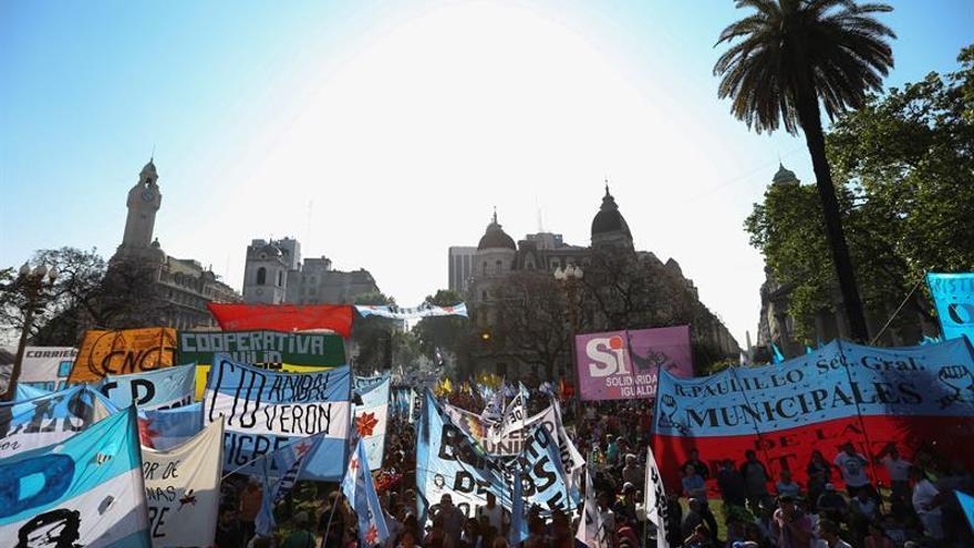 "Marcha en Argentina contra el ""ajuste"" de Macri al denunciar que causa ""hambre"""
