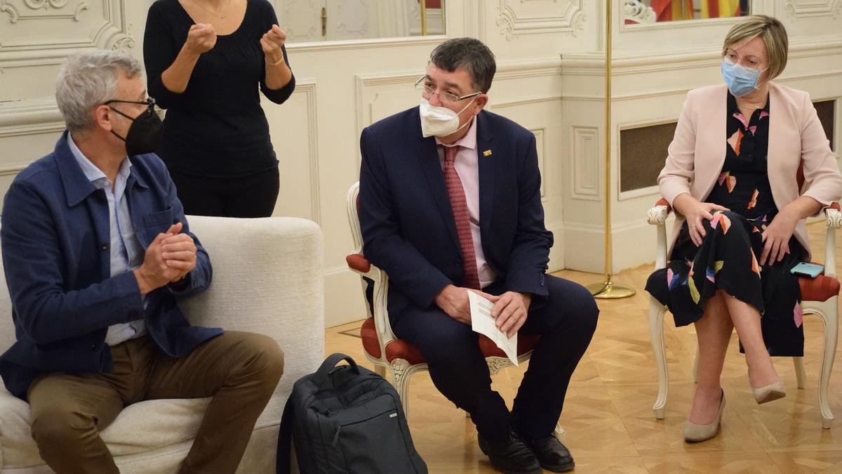El comisionado de Presidencia de la Generalitat para el plan de Salud Mental, Rafael Tabarés, junto al presidente de las Corts Valencianes, Enric Morera, y la vicepresidenta de la misma institución, Maria José Salvador.