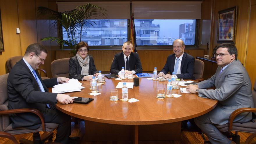 El consejero de Economía, Industria, Comercio y Conocimiento del Gobierno canario, Pedro Ortega, se reúne con el secretario de Estado de Energía, Daniel Navia.