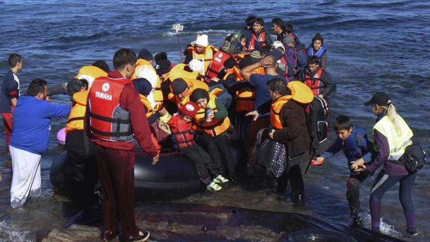 Vista de la llegada de refugiados en pateras a las costas de la isla de Lesbos, el pasado 10 de noviembre.