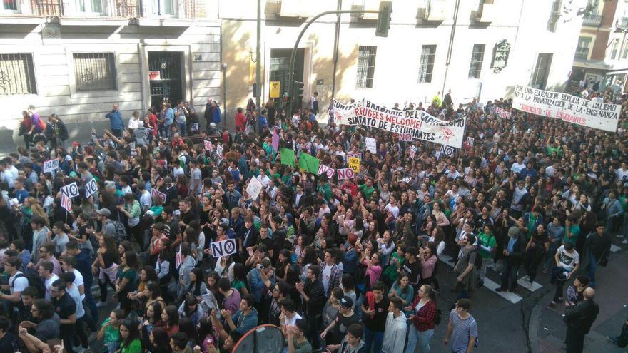 Una parte de la multitud de estudiantes que ha recorrido Madrid contra las reválidas. / L.N