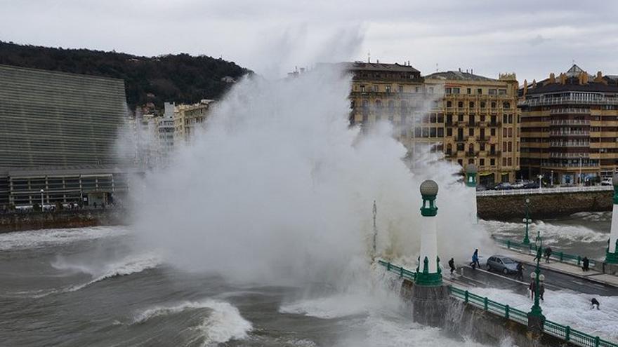 Una ola rompe en el Kursaal, en San Sebastián.