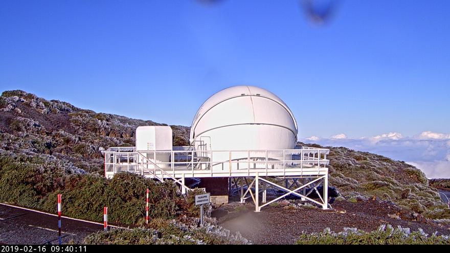 Entorno del complejo científico del Roque de Los Muchachos, este sábado, cubierto de escarcha. Imagen captada de  la webcam del IAC ent el telescopio robótico  GOTO.