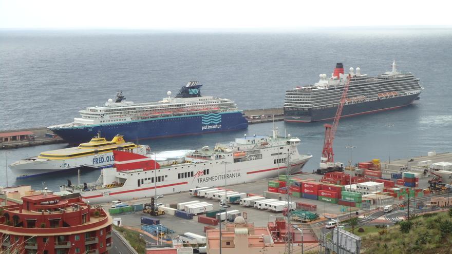 Imagen de archivo del buque de crucero 'Horizon' (i), en el Puerto de Santa Cruz de La Palma, junto  al 'Queen Victoria'