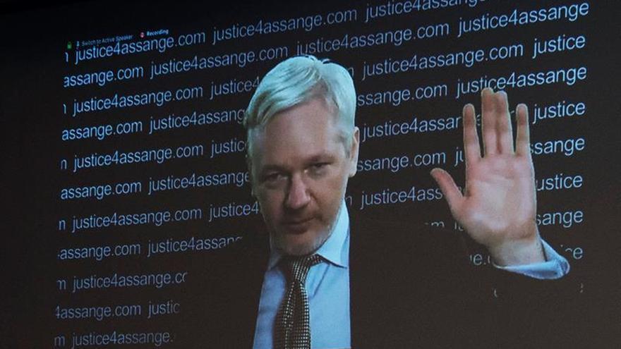 Assange amenaza con más filtraciones en sobre las elecciones en EEUU