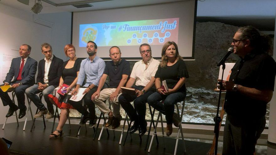 Salvador Navarro (CEV), Toni Cantó (Ciudadanos), Àgueda Micó (Compromís), José Muñoz (PSPV), Ismael Sáez (UGT-PV), Arturo León (CCOO-PV) y Vicenta Jiménez (Podemos) en la rueda de prensa por una financiación justa