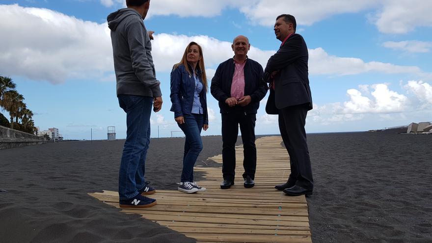 Los concejales del grupo Popular en el Ayuntamiento de Santa Cruz de La Palma, en la playa.