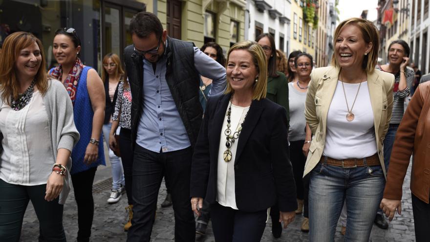 Ana Oramas paseó por la Calle Real de Santa Cruz de La Palma.