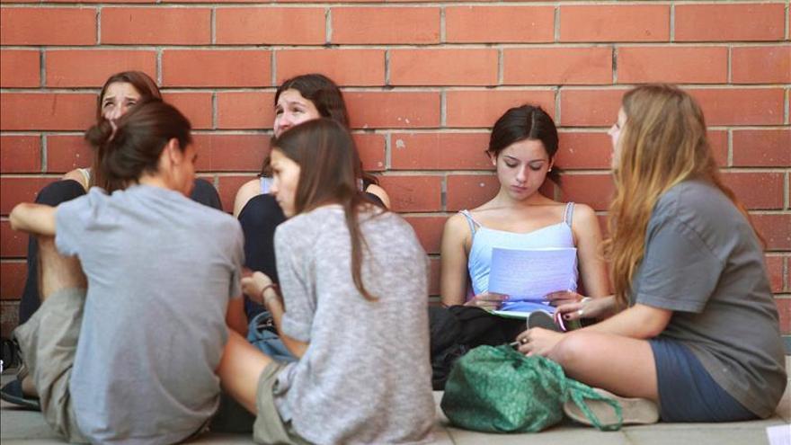 Un grupo de estudiantes hace un descanso durante las pruebas de selectividad en Barcelona. / EFE