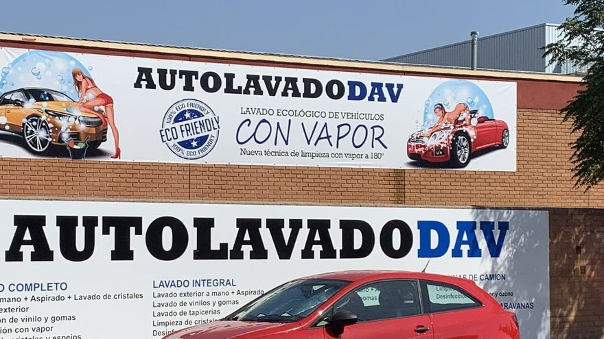 Cartel sexista de lavado de coches en Alcalá de Henares