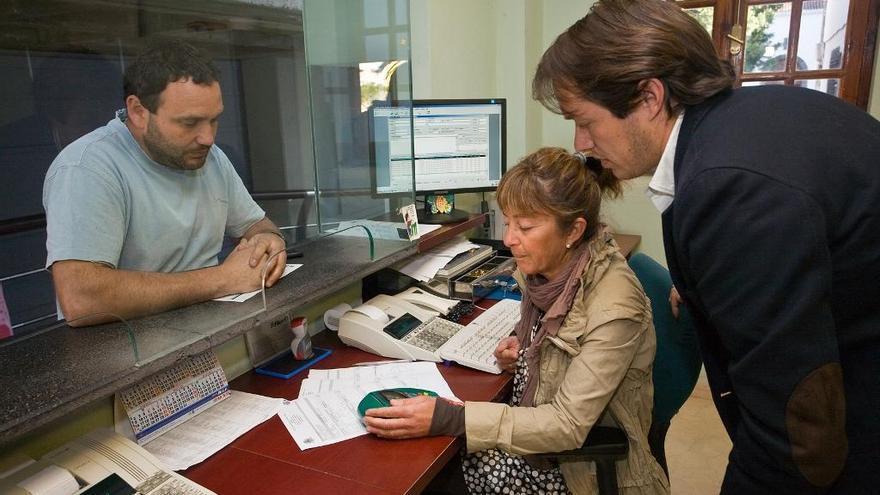 El concejal de Hacienda del Ayuntamiento de Los Llanos, Mariano Hernández Zapata (d), en una de las dependencias del área. Foto. Ayuntamiento de Los Llanos.