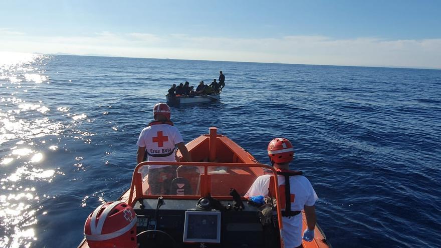 Imagen del rescate de una patera por la Cruz Roja de Alicante en las últimas horas