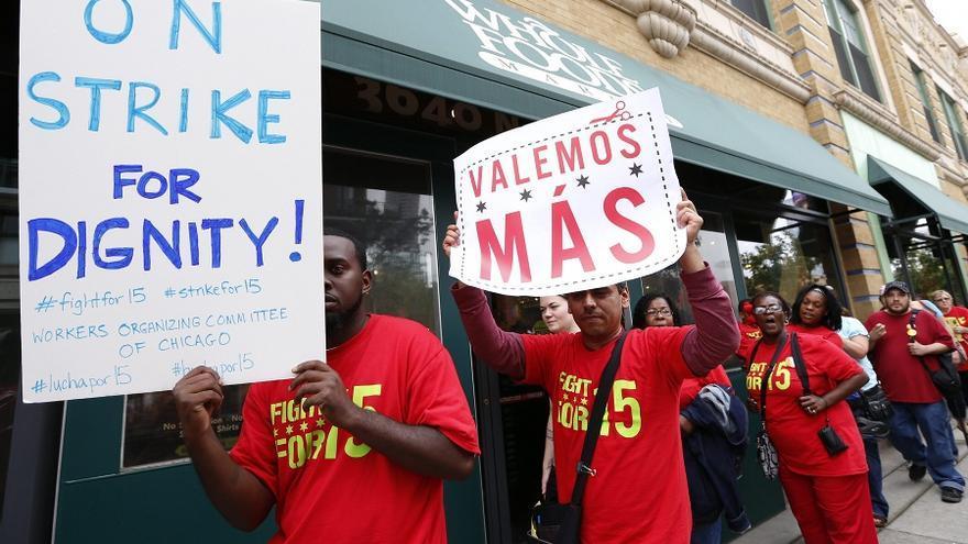 Protesta de trabajadores de una cadena de comida rápida en Chicago por el aumento del salario mínimo hasta 15 dólares por hora. Foto: Kamil Krzaczynski / Efe.