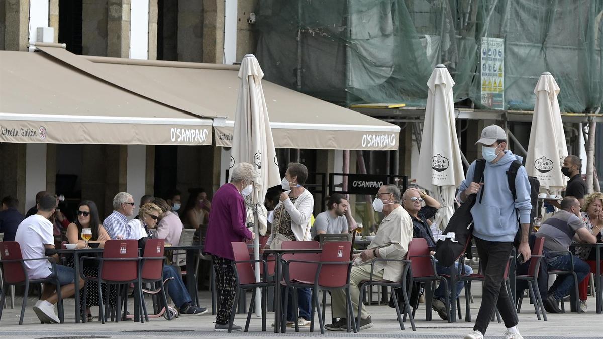 Varias personas en la terraza de un bar en A Coruña
