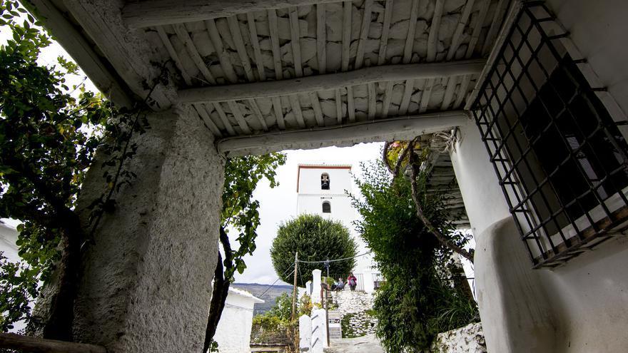 El campanario de la iglesia de Bubión desde uno de los tinaos del barrio bajo.