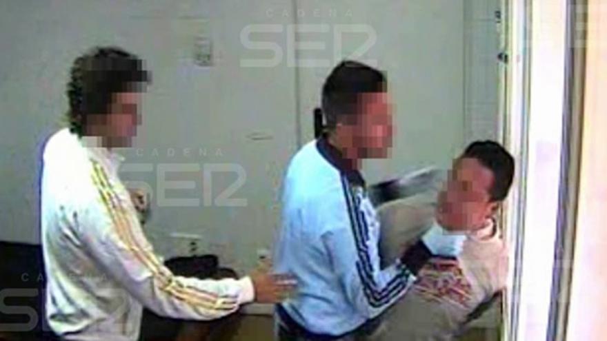 Captura del vídeo difundido por la Cadena Ser en el que aparece un policía agarrando del cuello a un joven colombiano/ Cadena Ser