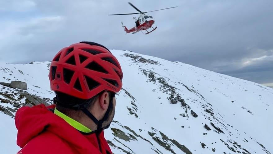 El helicóptero rescata a una esquiadora con fractura de tibia y peroné en Brañavieja
