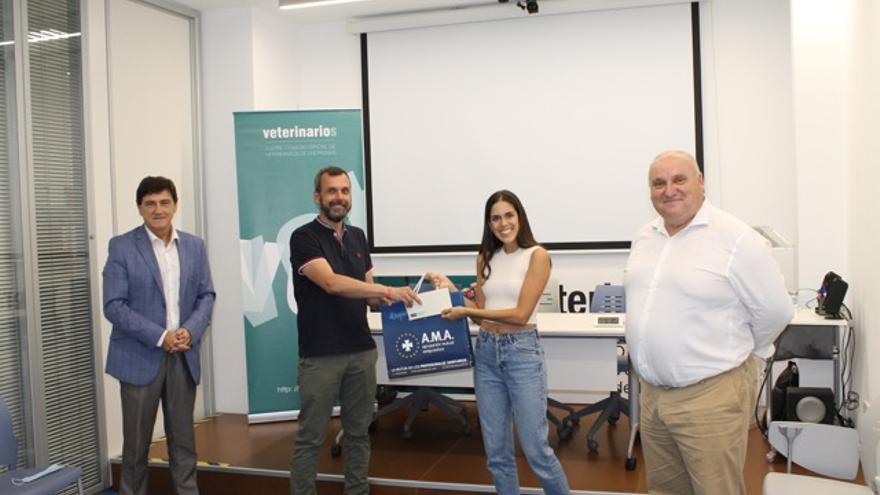 Una veterinaria colegiada en Las Palmas recibe una beca de formación de la Fundación AMA