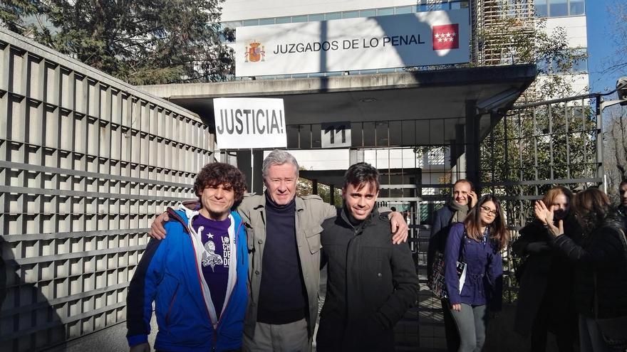 Jorge Verstrynge, junto a los otros dos acusados | Foto: Stéphane M. Grueso