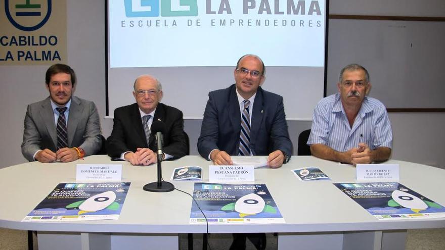 En la imagen, Anselmo Pestana, segundo por la derecha, con los demás miembros de la mesa que ha presidido el acto inaugural de la Escuela de Emprendedores.