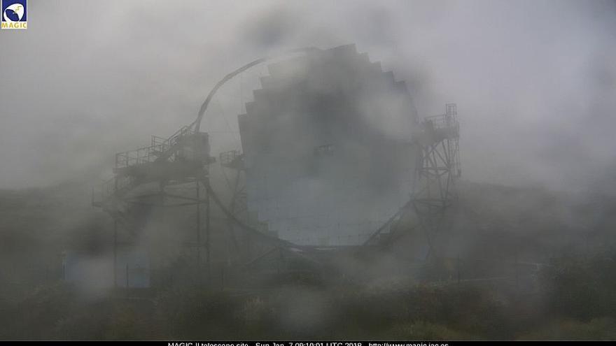 En la imagen, uno de los telescopios MAGIC, en el Observatorio del Roque de Los Muchachos, este domingo. Imagen captada de la webcam de los MAGIC.