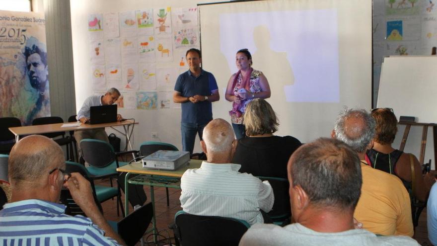 Sergio Rodríguez, alcalde de El Paso, y María del Carmen Brito, consejera delegada de área de Participación Ciudadana del Cabildo, estuvieron presentes en el acto inaugural de las primeras jornadas de Asociaciones de vecinos de la comarca del Valle de Aridane.