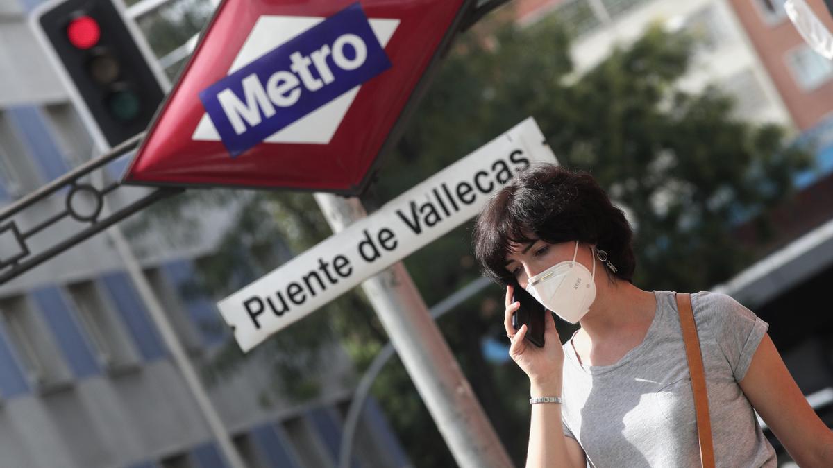 Una mujer pasea al lado del metro de Puente de Vallecas, en Madrid (España), a 16 de septiembre de 2020.
