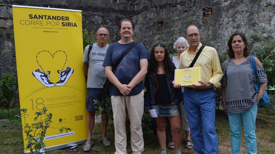 Miembros de Pasaje Seguro y Amnistía Internacional, organizadores de la carrera
