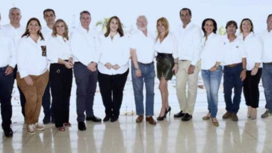La nueva junta directiva del Club Náutico de Gran Canaria. La séptima por la izquierda es la nueva presidenta.