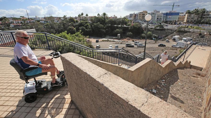 Per H. Pettersen junto a las escaleras que le aíslan en el barrio de Loma Dos, en Mogán.