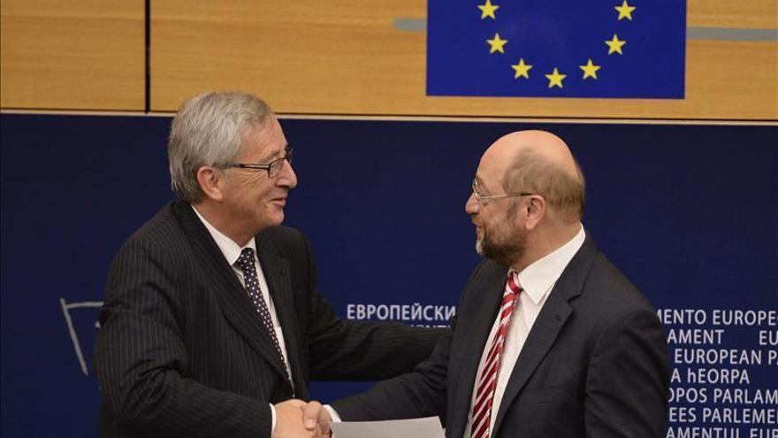 El presidente del Parlamento Europeo, Martin Schulz (d), felicita a Jean-Claude Juncker, tras su elección como presidente de la Comisión Europea.