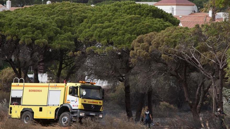 El fuego ha afectado a 15 hectáreas del Campo de Adiestramiento del Retín (Cádiz)