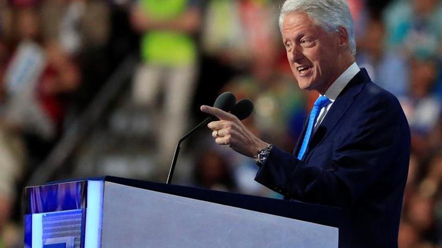 Bill Clinton se sube a un autobús en Florida para lograr votos para Hillary