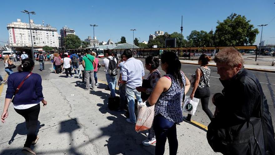 Centenares de miles de personas afectadas por un paro de transporte en Argentina