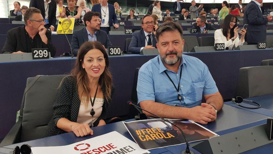 Los eurodiputados de IU, Sira Rego y Manu Pineda, en la Eurocámara el 2 de julio.