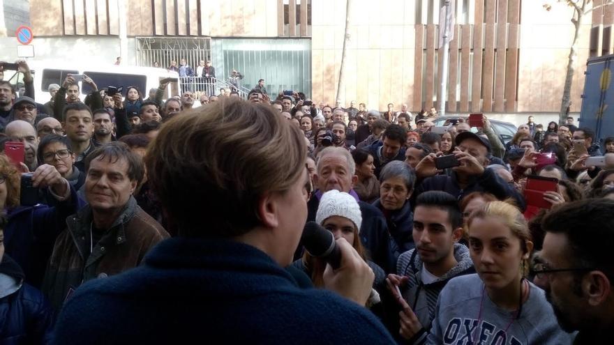 Ada Colau sale a saludar a los 200 simpatizantes que se han quedado fuera de su mitin con Iglesias en Badalona