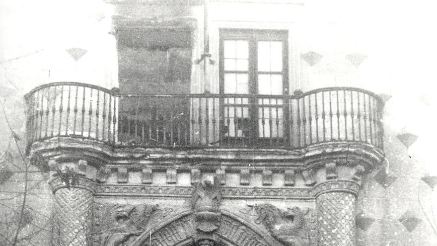 Fachada frontal del palacio tras el bombardeo