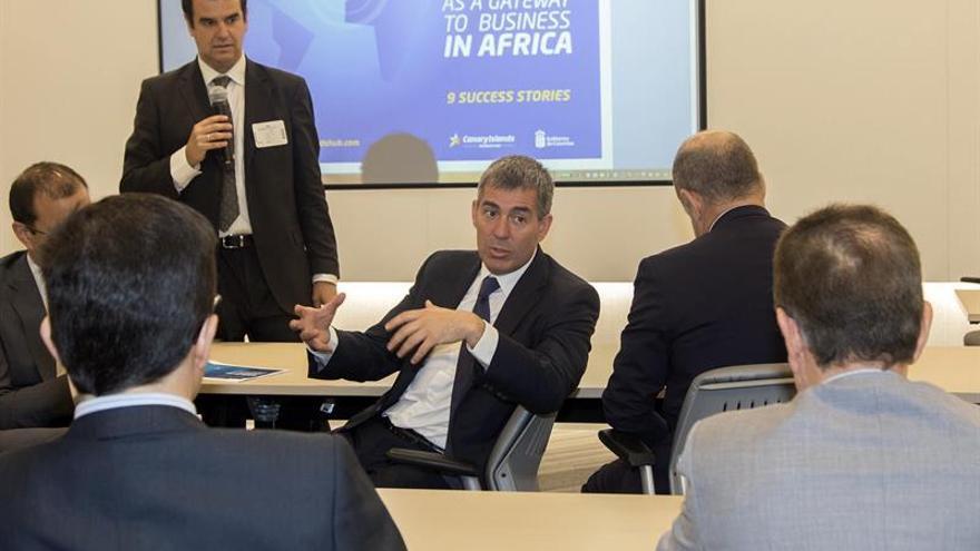 El presidente de Canarias, Fernando Clavijo (c), durante una reunión en la ciudad de Nueva York.