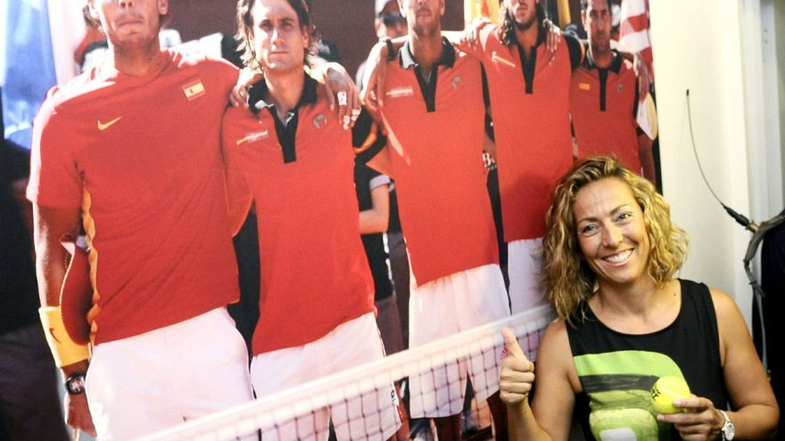Gala León posa en un cartel del equipo masculino de Copa Davis. / Efe.
